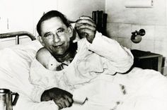 Recipient of the world's first human heart transplant, Louis Washkansky, in Groote Schuur Hospital, Cape Town, three days after the surgery. Historical Artifacts, Historical Photos, First Heart Transplant, First Time For Everything, Human Oddities, History Of Photography, Creepy Photography, Vintage Medical, Human Heart