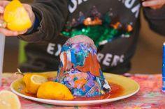Volcán en erupción. - AEIOUTURURU | Talleres creativos para peques Bucket Hat, Hats, Erupting Volcano, Red Paint, Food Coloring, Volcanoes, Creativity, Bob, Hat