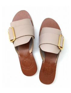 10 Flats You Can Wear with Anything in Your Wardrobe Shoes Flats Sandals, Leather Sandals, Shoe Boots, Flat Sandals, Heels, Cute Shoes, Me Too Shoes, Beautiful Shoes, Summer Shoes