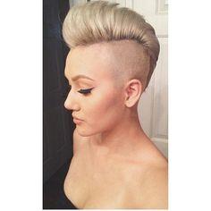 Auf der Suche nach einer einzigartigen Frisur? Versuch es doch mal mit einer Mohawk oder Faux Hawk Frisur! Wie cool! - Neue Frisur