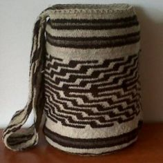 Ultima Colección Mochilas Arhuacas y Wayuu Tapestry Bag, Crochet Purses, Leather Working, Spring Summer Fashion, Knitting Patterns, Knit Crochet, Pouch, My Style, Craft