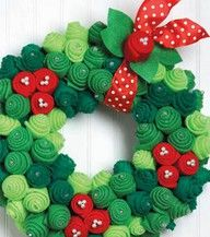 felt christmas wreath...I'm thinking...use bite size cupcakes and ice them with green, light green, and red icing. Arrange in a wreath pattern!!!  YAY!