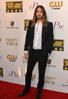 Vegan lifestyle keeps him looking young! Jared Leto Workout Routine and Diet Plan - Healthy Celeb – More at http://www.GlobeTransformer.org