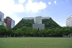 Built : 1994  Emilio Ambasz transposed a nearly 100,000-square-meter park in Fukuoka City onto 15 stepped terraces, which harken back to the ancient gardens of Babylon