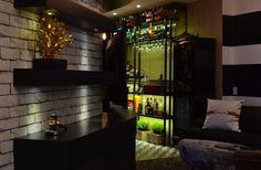 HELENAROCHAarquitetura - Bar feito de metal dobrado na cor verde escocês, com iluminação de led, cuba em silestone vermelho.