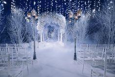 Cerimonia de casamento com decoração inspirada no inverno.