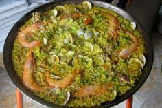 Tα μυστικά της παέγια Μπορεί εκτός Ισπανίας να θεωρείται το εθνικό της φαγητό αλλά στην πραγματικότητα είναι ένα τοπικό πιάτο των Μεσογειακών ακτών της χερσονήσου. Η παέγια συνηθίζεται ως μεσημεριανό γεύμα σε ημέρες αργίας και ψήνεται στην ύπαιθρο - κάτι σαν το αμερικάνικο μπάρμπεκιου.