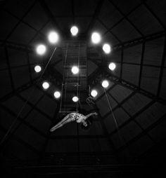 Trapèze aérien au cirque Pinder 1949 |¤ Robert Doisneau | 2 avril 2015 | Atelier Robert Doisneau | Site officiel