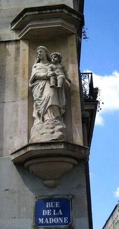 La Vierge à l'Enfantde la rue de la Madone (Paris 18ème)