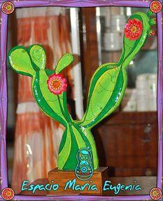Cactus de cartapesta con base de madera- Espacio María Eugenia