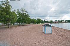 Pukukoppi - hiekka hiekkaranta kesä koppi pukukoppi puut ranta uimaranta Raasepori Tammisaari Ekenäs