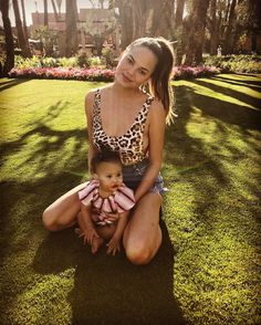Chrissy Teigen & Luna Legend - Chrissy and daughter, Luna, definitely know how to pose for the camera. Here they are while on vacation in Morocco. Night Beauty Routine, Beauty Routines, Skin Routine, John Legend, Postpartum Depression, Aerial Yoga, Celebrity Moms, Celebrity Photos, Celebrity Style