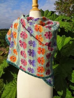 Madam Munch: Et tørklæde med stedmoderblomster