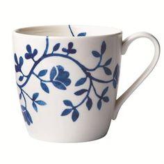 Diese Tasse aus Rörstrands Pergola Serie ist eine gelungene Modernisierung des klassischen Blau-Weiß-Themas. Die zurückhaltende Eleganz der zarten Blumen, die hier wie um eine runde Pergola klettern, machen dieses Geschirr, das von Katarina Brieditis designt wurde, sowohl alltagstauglich als auch bei hohen Feiertagen einsetzbar.