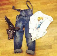 Salopette jeans, felpa #fashionvictim #siamoises & Dr. Martens! Che ne dite!?  #outfit #moda