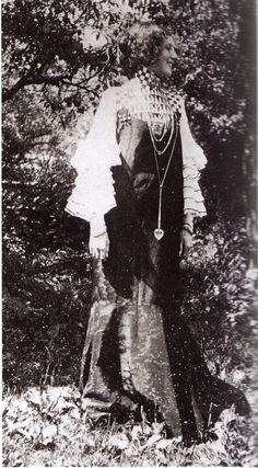 GUSTAV KLIMT  Emilie Floge con un abito di Gustave Klimt e gioielli disegnati da Koloman Moser.  Moda e Design di Gabriella D'Amato, Bruno Mondadori.