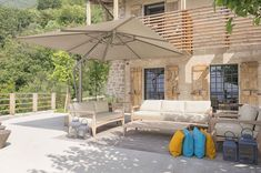 Looking to add that extra wow factor to your patio? Shop our beautiful ONE collection cantilever umbrella (or customize your own) to impress and protect friends and family during those outdoor chats. Italian Patio, Italian Home, Commercial Umbrellas, Veranda Magazine, Sidewalk Cafe, Cantilever Umbrella, Mediterranean Design, Patio Umbrellas, Pergola Patio