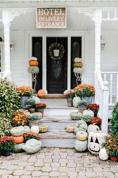 Rustic fall farmhouse porch = Pumpkins & mums on porch stairs. Great inspiration for cottage style & farmhouse style fall decor. Halloween Veranda, Halloween Porch, Outdoor Halloween, Vintage Halloween, Country Halloween, Halloween Ideas, Halloween Designs, Spooky Halloween, Halloween Stuff