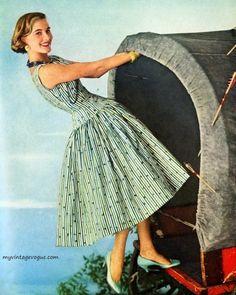 myvintagevogue:Dress by Anne Fogarty 1955 Fifties Fashion, Retro Fashion, Vintage Fashion, Fifties Style, 50s Dresses, Vintage Dresses, Vintage Vogue, Vintage Ladies, Suzy Parker