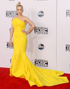 El que de amarillo e viste a su belleza se atiene http://wp.me/p1WwjW-29v