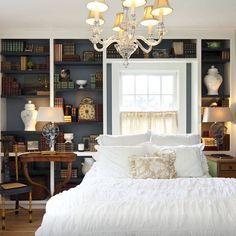 Passando para desejar uma linda noite de sonhos com esse quarto cheio de estilo e muitas recordações.