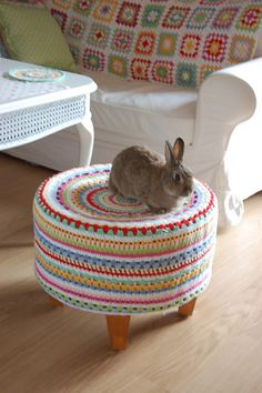 Footstool crochet so pretty, though I was drawn to it by the adorable bunny perched on it. Do the bunny come with the stool? Crochet Home, Love Crochet, Crochet Granny, Crochet Crafts, Yarn Crafts, Crochet Projects, Knit Crochet, Diy Crafts, Crochet Rabbit