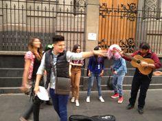 """Los integrantes de """"gracias X ser mi amigo"""" Cantando en el centro para reunir dinero"""