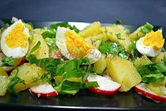 Salata de cartofi cu leurda si ridichi Good Food, Yummy Food, Caprese Salad, Feta, Potato Salad, Food And Drink, Potatoes, Tasty, Cheese