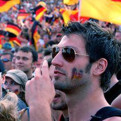 Który kraj związkowy Niemiec jest najludniejszy? Nadrenia-Północna Westfalia.  Kraj ten pod względem obszaru znajduje się dopiero na czwartym miejscu, ma jednak wysoką gęstość zaludnienia (szczególnie w Zagłębiu Ruhry). Największym miastem jest Kolonia.