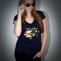 TTT-Motiv auf dem sexy V-Ausschnitt-Shirt von Stanley & Stella. Stanley & Stella produzieren nur Textilien nach höchsten Zertifikaten des Umweltbewusstseins (Fair Wear, Fair Trade etc.).