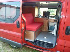 Avec le kit East, vous disposez de grands espaces de rangements et d'une cuisine très fonctionnelle. Van Mania, aménagement de fourgon en camping car.