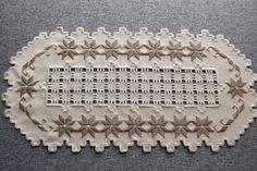 Esta hermoso y extremadamente detallado color marrón seta cuenta 25 colores servilleta de tela Lugana fue cosido con hilos DMC. Este centro de mesa mide aproximadamente 14.5 por 7 pulgadas. Hay una gran cantidad de recortables de detalle en el centro por lo que se aprecia el color