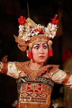 Legong is a form of Balinese dance. It is a refined dance form characterized by intricate finger movements, complicated footwork, and expressive gestures and facial expressions. Vietnam Costume, Banda Aceh, Komodo Dragon, Borobudur, East Indies, Paradise Island, In Ancient Times, Facial Expressions, Vintage Bridal