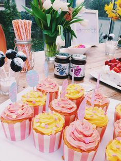 Candytable with cupcakes, cakepops, cake and Stars and Rice // Candytable mit Cupcakes, Cakepops, Torte und Stars and Rice Saucen