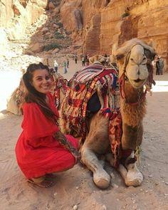 Impresionante viaje que ha hecho Caroline a la ciudad perdida de #Petra También se ha enamorado de los camellos de su cultura y de su gente. Esperamos no te hayas perdido el vídeo que hemos publicado antes como resumen de su viaje a  este mágico destino. . Agradecemos a @tattooedtraveler por permitirnos compartir esta pedazo de foto que nos inspira a vivir cada día al máximo.