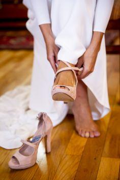 """""""Elena escogió nuestros #zapatos (un diseño de #sandalia a las que añadió plataforma) para el día de su #boda. Nos escribió porque ya tenía las fotos de la boda y quiso mandarnos algunas en las que se veían en detalle ¡Gracias por acordarte de nosotros Elena! Nos dijo estar encantada porque fueron preciosos y comodísimos. ¡Muchas felicidades y gracias por elegir #moda #artesana """"#madeinspain!"""". Larrañaga On-Line Bridal Shoes, Wedding Shoes, Shoes Heels Boots, Heeled Boots, Girls Shoes, Footwear, Bride, Sandals, Your Shoes"""