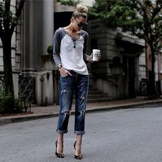 Boyfriend jeans are super comfortable and stylish, but it can be sometimes hard to put an outfit together . We've collected 21 of these simple/casual outfits that go perfect with any type of boyfriend jeans. Look Fashion, Fashion News, Autumn Fashion, Womens Fashion, Fashion Beauty, Jeans Fashion, Looks Style, Casual Looks, Mode Outfits