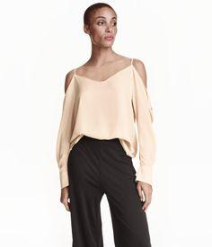 Off-Shoulder-Bluse aus Webstoff mit V-Ausschnitt vorn und hinten. Die Bluse hat schmale Träger und lange, weite Ärmel mit Knopf.