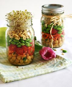 Sprouted Spring Salad in a Jar ~ a healthy, simple and beautiful gift idea. Mason Jar Meals, Meals In A Jar, Mason Jars, Veggie Recipes, Salad Recipes, Cooking Recipes, Salad In A Jar, Soup And Salad, Healthy Snacks