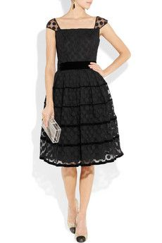 Sooo 50's and I'm in LOVE! Imagine this dress with a pair of stunning but simple emerald earrings! UGH! ....to die for!