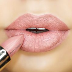 We all have noticed that finding the ideal shade of nude lipstick is pretty difficult. How many times did you come home after shopping and noticed that your new lipstick made you appear too pale, sick or even dead? Well, these failures and money wasting must stop today. See our post. #makeup #makeuplover #makeupjunkie #nudelipstick