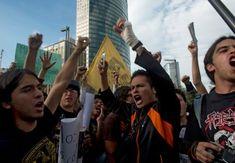 Manifestation étudiante à Mexico, le 23 mai.//Le cri de liberté de la jeunesse  Les étudiants mexicains sont dans les rues pour exiger une couverture objective de la campagne électorale. Ils considèrent que le candidat de la gauche, donné gagnant, est favorisé par les médias.- Courrier International
