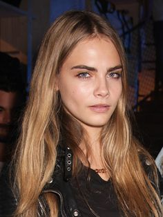 Rock bold brows like Cara Delevingne with tips from PopSugar! Aside from recently being named the face of Burberry Body Tender, model Cara Delevingne has two other claims to fame: her famously bold eyebrows. Regrow Eyebrows, Types Of Eyebrows, Bold Eyebrows, How To Draw Eyebrows, Natural Eyebrows, Full Brows, Eyebrow Growth Oil, Cara Delevingne Hair, Amor