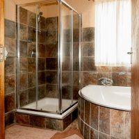 Duiker, Warthog & Ostrich - Bathroom Game Lodge, Bathroom Medicine Cabinet, Bathtub, Furniture, Home Decor, Standing Bath, Bathtubs, Decoration Home, Room Decor