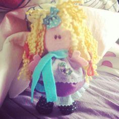 Bonequinha em feltro...#feltromania #amofeltro #bonecas#amo artesanato