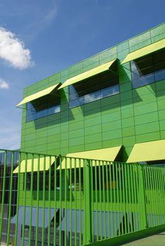 School de Kikker, Amsterdam  Uitval zonneschermen, in kleuren blauw en groen. Zonwering Westland Projecten. www.zwprojecten.nl