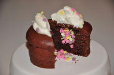 Wann steht die nächste Party an? Diese kleinen Dinger sind einfach zuckersüß! Zutaten für 15 Cupcakes: 400 g Mehl 170 g Zucker 2 TL Backpulver 3 TL Vanillezucker 60 g Kakaopulver 350 ml Sojamilch 2…