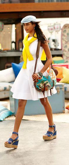 Cet été, la petite robe blanche vole la vedette à la petite robe noire et prend le devant de la scène. Ajoutez une touche de couleur avec un pull éclatant et des compensées de couleurs vives.