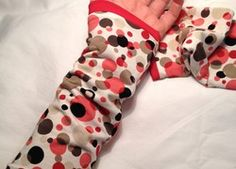 Pulswärmer mit farbigen Punkten (innen rot) Slippers, Fashion, Red, Moda, Fashion Styles, Slipper, Fashion Illustrations, Flip Flops, Sandal