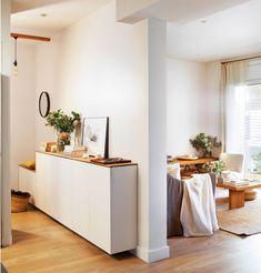 recibidor conectado con el salon en blanco y madera_00442304